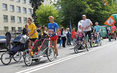 Z niemowlakiem i kilkulatkiem – biegi z wózkiem sposobem na rodzinną aktywność