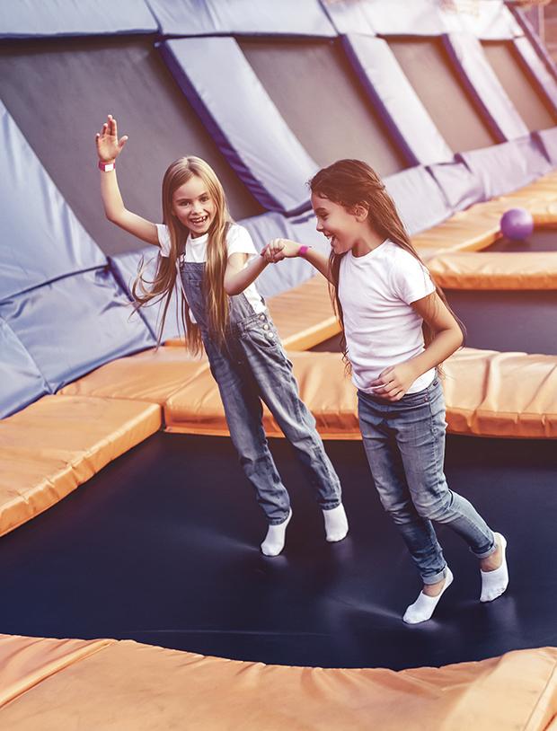 Sposób na zimowe weekendy w ruchu? Parki trampolin i sale zabaw to propozycja dla całych rodzin!